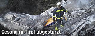 Feuerwehrmann auf Flugzeugwrack