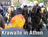 Flammen neben Sicherheitskräften mit Helmen