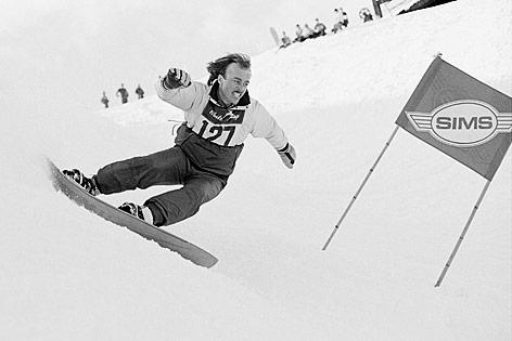 Tom Sims fährt Snowboard