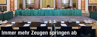 Leere Sitze im Saal des U-Ausschusses