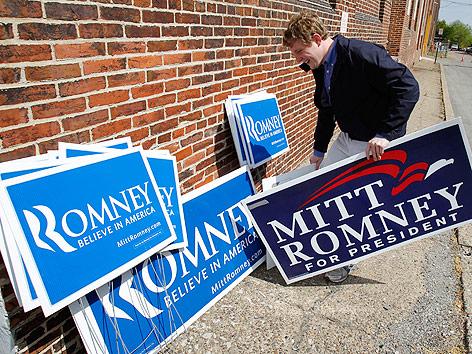 Unterstützer von Mitt Romney und Wahlkampfschilder