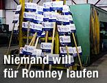 Wahlkampfschilder von Mitt Romney, US-Präsidentschaftskandidat der Republikaner, stehen in einer Lagerhalle