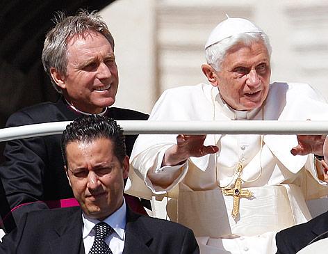 Papst Benedikt XVI mit Paolo Gabriele und dem persönlichen Sekretär Georg Gaenswein