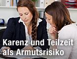 Zwei Frauen bei einer Besprechung
