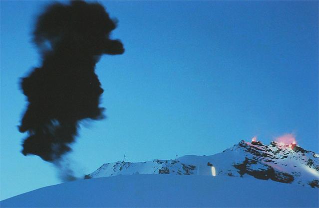 """Gletscher-Event 'Hannibal', Rettenbach-Gletscher, Ötztal, 2009 aus der Ausstellung """"Intensivstationen. Alpenansichten von LoisHechenblaikner"""""""