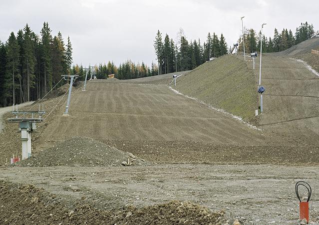 """Pistenautobahnbau, Steinach am Brenner, Juli 2004 aus der Ausstellung """"Intensivstationen. Alpenansichten von LoisHechenblaikner"""""""