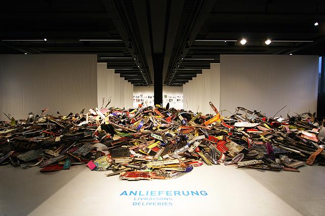 """Skiernte Wintersaison 2011 aus der Ausstellung """"Intensivstationen. Alpenansichten von Lois Hechenblaikner"""""""