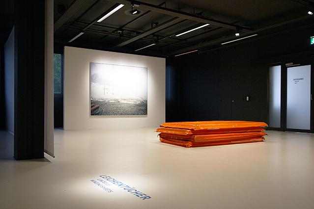 """Leichentücher aus der Ausstellung """"Intensivstationen. Alpenansichten von LoisHechenblaikner"""""""