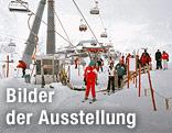 """Liftkreuzung mit Porsche Showcase, 2320 m ü. M., Idalp Ischgl, April 2011 aus der Ausstellung """"Intensivstationen. Alpenansichten von LoisHechenblaikner"""""""