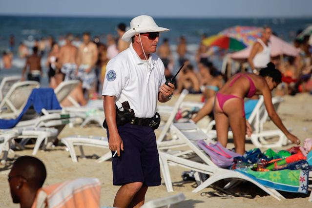 Polizist am Strand in Kuba