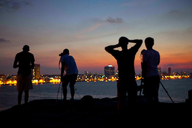 Touristen fotografieren Nachtszene in Kuba