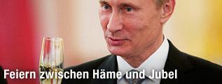 Russlands Präsident Wladimir Putin mit Sektglas in der Hand