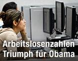 Arbeitslose Frau betrachtet am Computer eine Stellenanzeige
