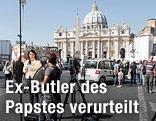 TV-Journalisten vor dem Petersdom im Vatikan