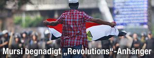 Demonstrant mit Ägyptischer Fahne steht Polizisten gegenüber