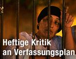 Frau hinter Gittern