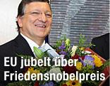EU-Kommissionspräsident Jose Manuel Durao Barroso  hält lachend Blumen in der Hand