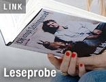 Frau hält Buch von Christoph Schlingensief in der Hand
