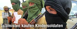 Vermummte, bewaffnete Kindersoldaten in Mali
