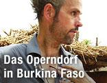 Christoph Schlingensief im Operndort in Afrika