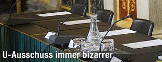 Leere Sessel im Sitzungssaal des U-Ausschuss