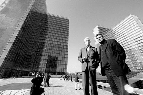 Architekt Dominique Perrault und Manager Jean Favier vo den Türmen der Französischen Nationabibliothek