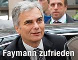 Bundeskanzler Faymann steigt aus einem Auto