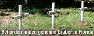Kreuze auf entdeckten Gräbern