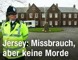 Polizist vor dem Heim auf der Insel Jersey
