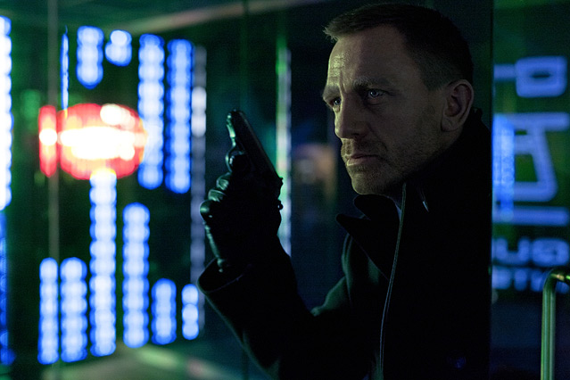 """Szene aus dem neuen James Bond """"Skyfall"""", Bon mit gezogener Waffe in einem Computerraum"""