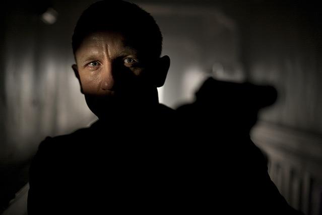 """Szene aus dem neuen James Bond """"Skyfall"""", James Bond im Schatten, mit gezogener Waffe"""