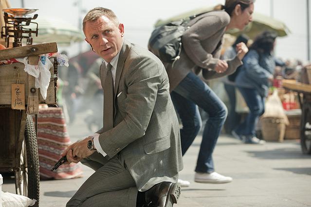 "Szene aus dem neuen James Bond ""Skyfall"", James Bond lädt seine Waffe nach"