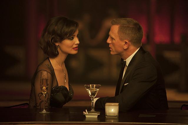 """Szene aus dem neuen James Bond """"Skyfall"""", James Bond bei einem Martini mit einer jungen Frau"""