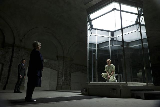 """Szene aus dem neuen James Bond """"Skyfall"""", Bond spricht mit einem Gefangenen in einem Glaskäfig"""