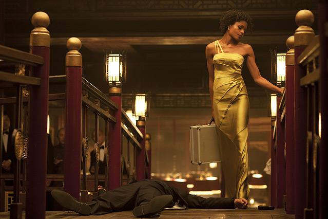 """Szene aus dem neuen James Bond """"Skyfall"""", eine Frau in Abendrobe mit einem Koffer"""