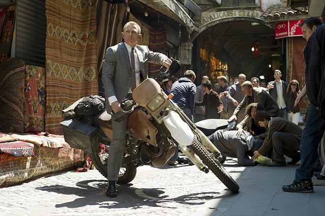 """Szene aus dem neuen James Bond """"Skyfall"""", Bond sitzt auf einer Motocrass-Maschine"""