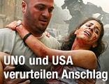 Verwundete Frau wird von einem Helfer getragen