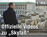 """Szene aus dem neuen James Bond """"Skyfall"""", Bond steht am Dach vor der Skyline von London"""