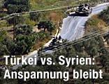 Syrische Panzer fahren auf einer Straße nahe der syrisch-türkischen Grenze