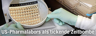 Mitarbeiter einer US-Gesundheitsbehörde mit Proberöhrchen