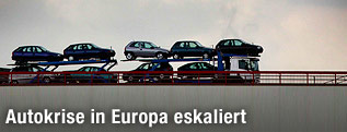 LKW transportiert Autos