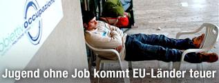 Jugendliche schlafen vor dem Eingang des Arbeitsamts