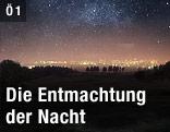 Blick auf die Lichter einer Stadt in der Nacht