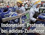 Indoneische Frauen arbeiten in einem adidas-Werk