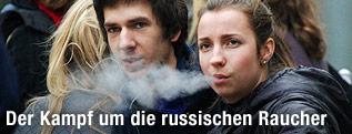 Mann und Frau rauchend