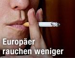 Person raucht eine Zigarette