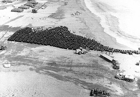 Archivfoto: Fässer gefüllt mit radioaktiv verseuchten Boden am Strand von Palomares