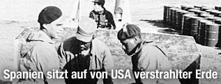 Archivbild: US-Soldaten entsorgen radioaktive Erde in Fässer