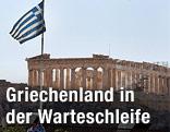 Akropolis in Athen mit griechischer Flagge im Vordergrund