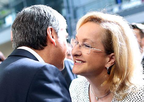 Vizekanzler Michael Spindelegger begrüßt Finanzministerin Maria Fekter